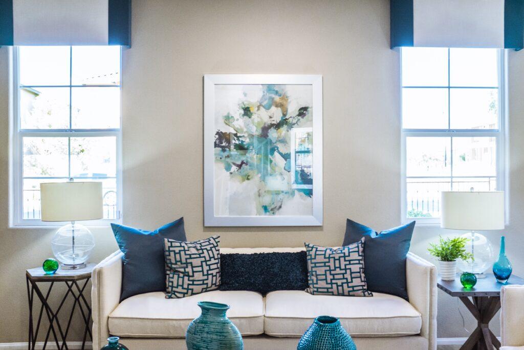 Mavi ev dekorasyonu, mavi yastık, mavi vazo