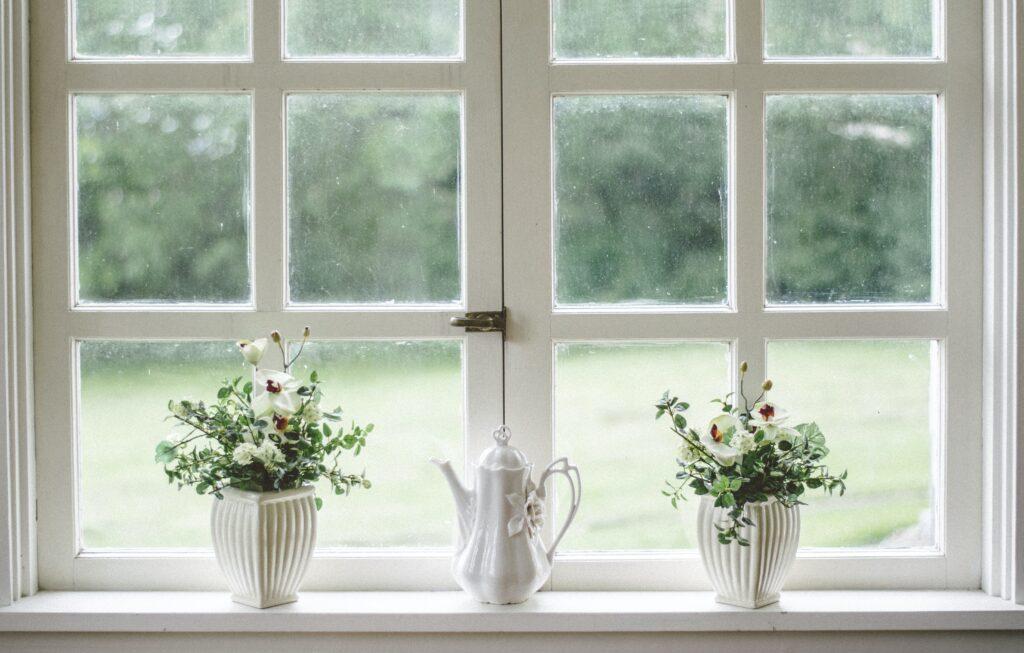 beyaz pencere, saksı çiçekleri