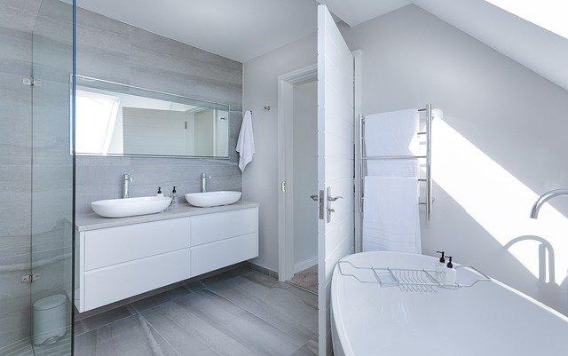 beyaz banyo, beyaz küvet, banyo dekorasyonu