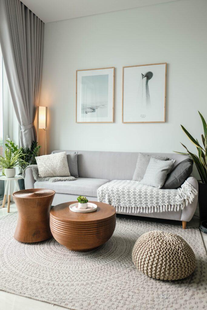 beyaz oturma odası duvarı, ahşap yuvarlak sehpa, Küçük oda dekorasyonu püf noktaları