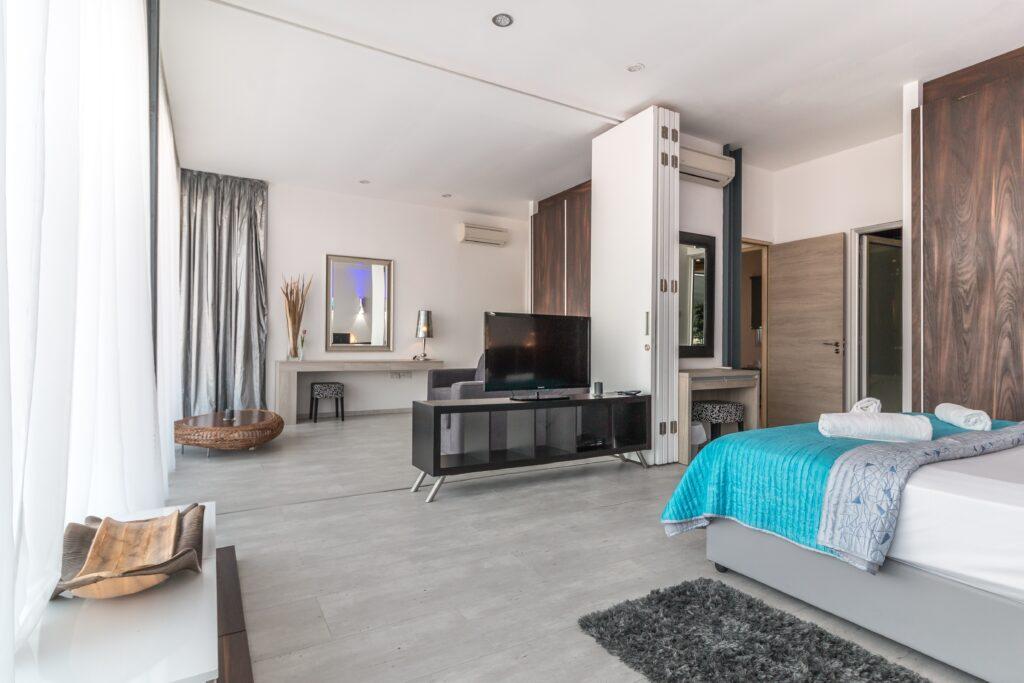 Yatak Odası Dizayn, mavi yatak örtüsü, yatak odası tv